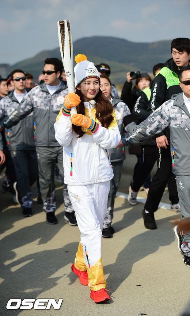 1 nữ thần xứ Hàn từng náo loạn lễ rước đuốc Olympic 2018: Đẹp ngây ngất giữa đoàn diễu hành, chấp ống kính phóng viên zoom sát - Ảnh 2.