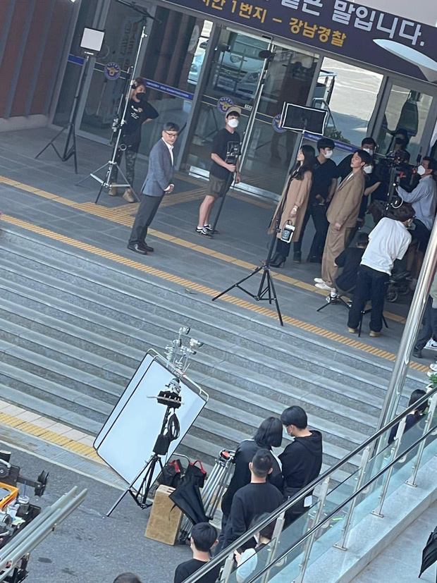 Lộ ảnh Song Hye Kyo dẫn trai trẻ Jang Ki Yong đến đồn cảnh sát, nhìn qua đã thấy đẹp đôi là sao ta? - Ảnh 1.