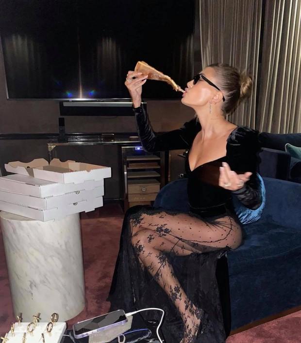 Vợ chồng Justin Bieber tung ảnh sự kiện hot: Chàng thần thái đỉnh cao, spotlight lại dồn về vòng 3 lộ gần hết của Hailey - Ảnh 2.