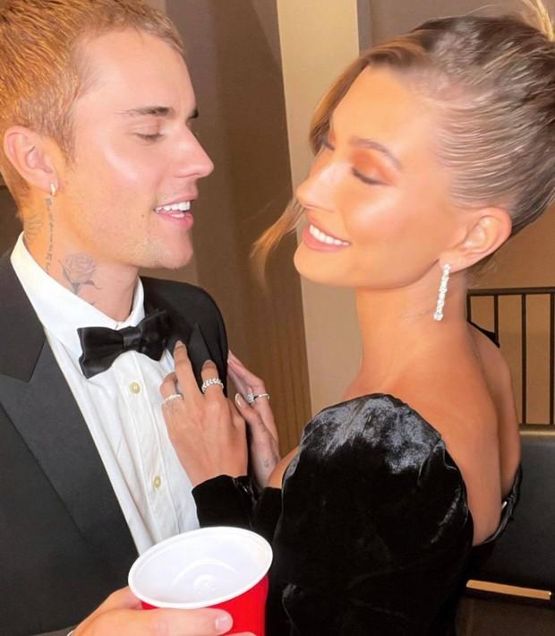 Vợ chồng Justin Bieber tung ảnh sự kiện hot: Chàng thần thái đỉnh cao, spotlight lại dồn về vòng 3 lộ gần hết của Hailey - Ảnh 4.