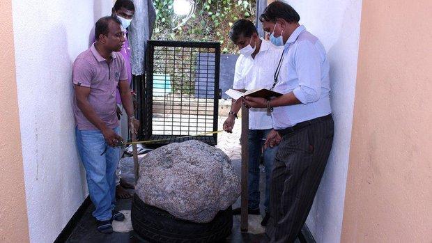 Đào giếng ở sân sau, người đàn ông đụng phải cục đá khổng lồ, nhờ chuyên gia xem mới biết mình vừa kiếm được 2.300 tỷ đồng - Ảnh 1.