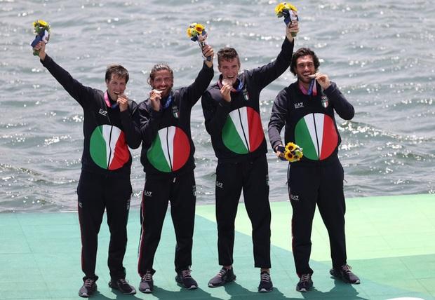 Ban tổ chức Olympic bất ngờ lên tiếng khi chứng kiến VĐV liên tục cắn huy chương, nghe xong lời nhắc thì thấy đúng là mất vệ sinh - Ảnh 2.