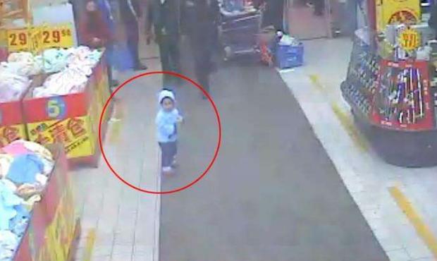 Bé 5 tuổi bị kẻ buôn người bắt cóc, hét lớn một câu liền cứu thoát chính mình - Ảnh 1.