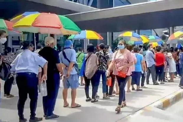 Hoảng hồn nhìn cảnh dân Thái Lan đổ xô đi tiêm vắc-xin Covid-19 - Ảnh 1.