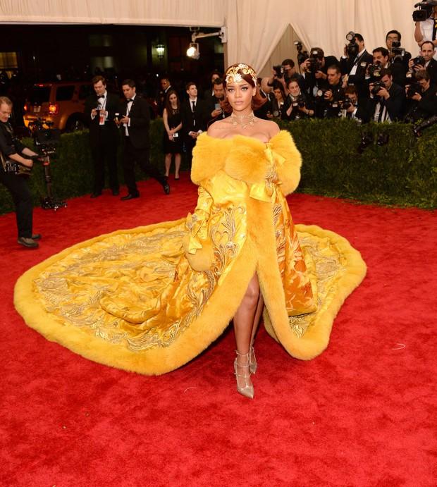Sao USUK và chuyện chơi nổi trên thảm đỏ: Cardi B khổ sở đứng ngồi, Katy Perry khốn đốn trong WC, Kylie Jenner còn đổ cả máu - Ảnh 3.