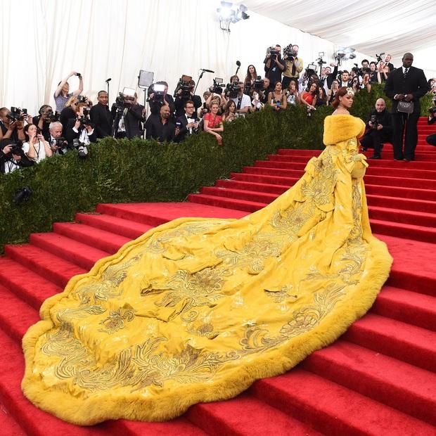 Sao USUK và chuyện chơi nổi trên thảm đỏ: Cardi B khổ sở đứng ngồi, Katy Perry khốn đốn trong WC, Kylie Jenner còn đổ cả máu - Ảnh 4.