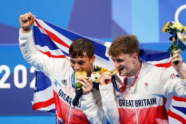 Ban tổ chức Olympic bất ngờ lên tiếng khi chứng kiến VĐV liên tục cắn huy chương, nghe xong lời nhắc thì thấy đúng là mất vệ sinh - Ảnh 3.