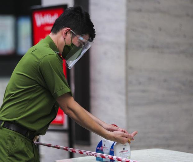 Vào Trung tâm thương mại mua hàng, ra cửa thấy toà nhà bị phong toả khiến nam thanh niên ngỡ ngàng - Ảnh 3.