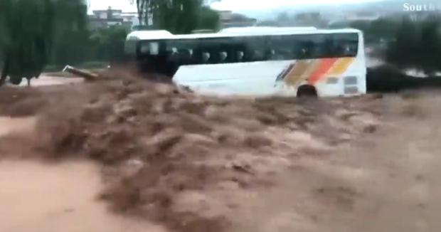Nước lũ cuồn cuộn vây chặt 2 chiếc xe buýt, thợ cơ khí đơn thương độc mã cứu mạng 71 người: Tôi làm vì nhân quả - Ảnh 2.