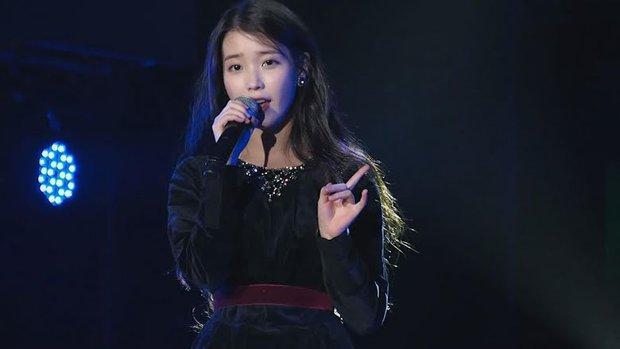 IU từng bị chính khán giả của mình tấn công ngay tại sân khấu, fan xem mà xót xa: Idol cũng biết đau đấy ạ! - Ảnh 2.