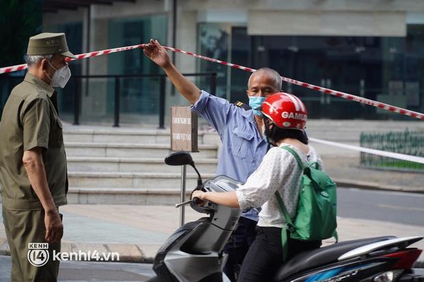 NÓNG: Hà Nội phong toả Vincom Bà Triệu, truy vết khẩn cấp liên quan bảo vệ nghi nhiễm Covid-19 - Ảnh 7.