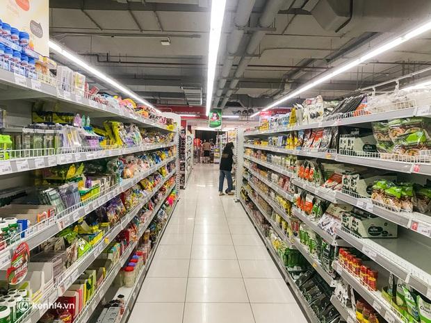 Ảnh: Người dân TP.HCM xếp hàng, cầm phiếu đi siêu thị theo khung giờ - Ảnh 6.