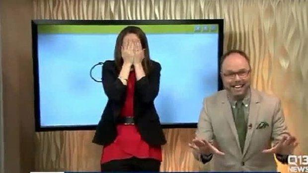 """Những sự cố """"dở khóc dở cười"""" trên sóng truyền hình: MC ngoáy mũi, lộ nội y, chưa sốc bằng người vẽ cả """"của quý""""? - Ảnh 4."""