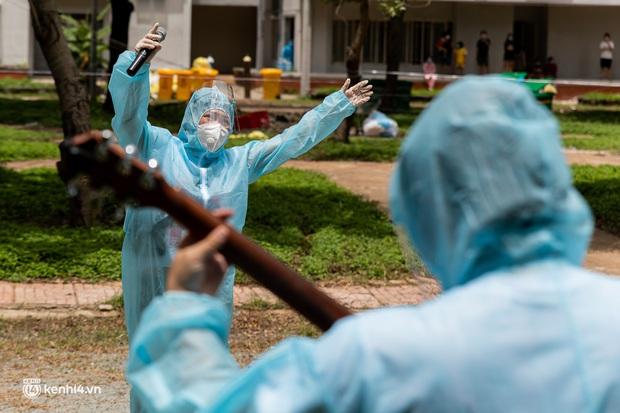 Sân khấu đặc biệt: Nơi ca sĩ Phương Thanh và các nghệ sĩ biểu diễn cho 4.000 F0 tại bệnh viện dã chiến - Ảnh 13.