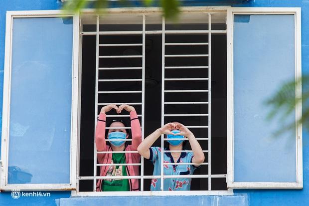 Sân khấu đặc biệt: Nơi ca sĩ Phương Thanh và các nghệ sĩ biểu diễn cho 4.000 F0 tại bệnh viện dã chiến - Ảnh 15.