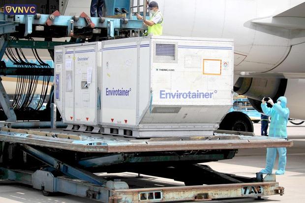 Thêm gần 660.000 liều vaccine Covid-19 của AstraZeneca về đến sân bay Tân Sơn Nhất - Ảnh 1.