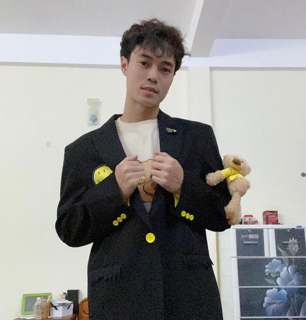 Chủ tịch Văn Toàn ở phố bảnh bao như idol Kpop, về quê thì cũng lội ra đồng để làm 1 việc này thôi!  - Ảnh 1.