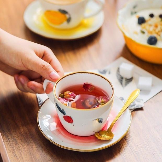 Jennie khoe ảnh uống trà chiều: Đến bộ tách đĩa cũng phải là hàng hiệu mới chịu, bóc giá mà... nấc nhẹ - Ảnh 9.