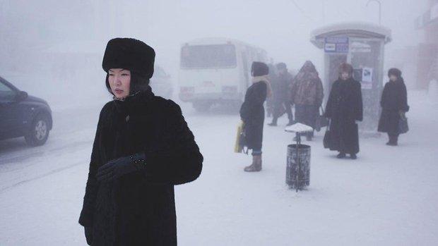 YouTuber đánh liều tới thăm thành phố lạnh nhất thế giới, buốt giá gấp 2 lần Bắc Cực và gần như chẳng bao giờ thấy mặt trời - Ảnh 4.