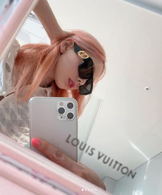 Netizen phát hiện Taeyeon (SNSD) đổi màu tóc thì phải đổi luôn cả điện thoại, chiếc ốp lưng cũng cực kỳ rát ví - Ảnh 2.