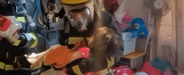 """Tòa nhà có cháy, bà mẹ nhanh nhẹn ôm con trai chạy thoát thân an toàn, không ngờ lại bị dư luận """"ném đá"""" kịch liệt vì một hành vi khó hiểu - Ảnh 3."""