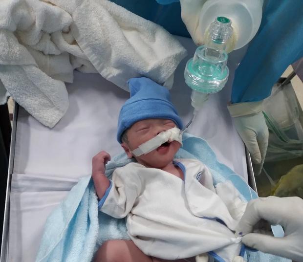 Bé trai nặng khoảng 2kg chào đời khi mẹ đang mắc COVID-19 - Ảnh 1.