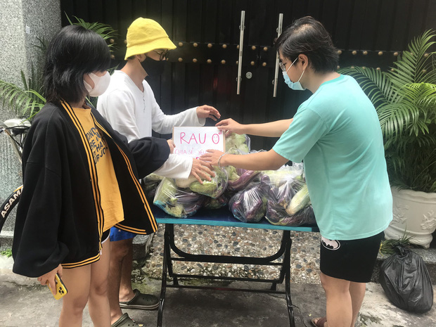 Tấm lòng người dân Đà Lạt gửi Sài Gòn giữa cơn bạo bệnh: Hàng tấn rau 0 đồng đến với người dân xóm nghèo - Ảnh 4.
