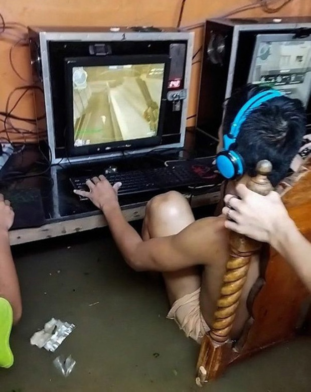Mặc kệ lũ lụt ngập cả mét, quán net Philippines vẫn chật kín game thủ rủ nhau đến combat như thường - Ảnh 2.
