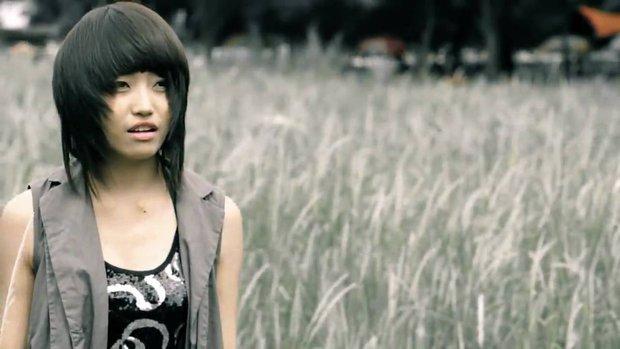 Netizen tràn vào MV bài hit duy nhất của Lương Minh Trang cảm thán: Lời bài hát đã vận vào người mất rồi - Ảnh 4.