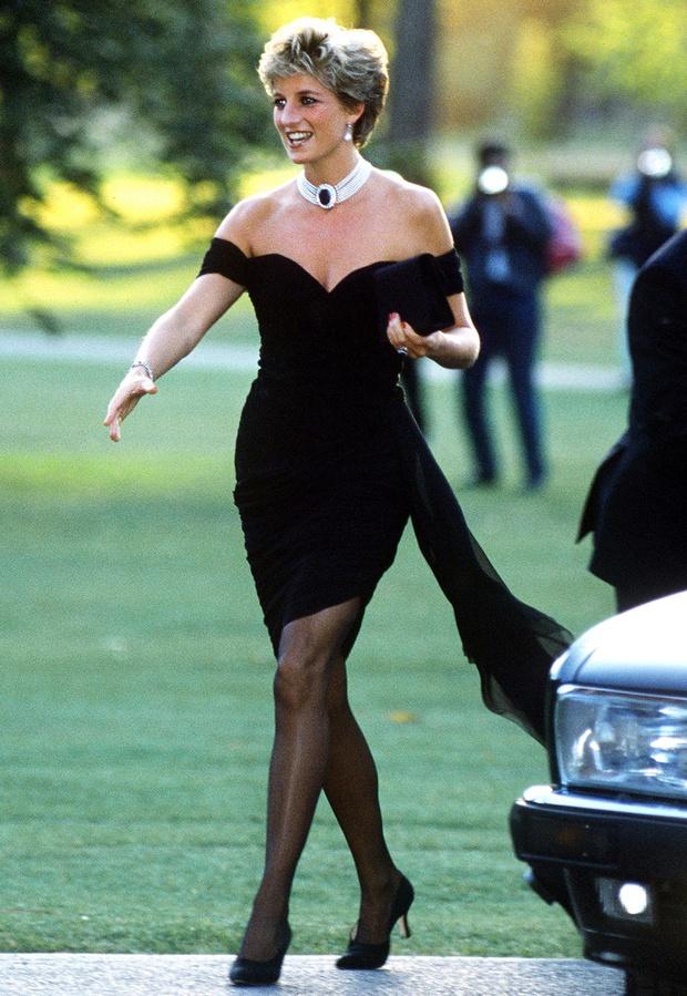 Mấy ai biết rằng đằng sau chiếc đầm này của Công nương Diana là 1 câu chuyện đau lòng - Ảnh 1.