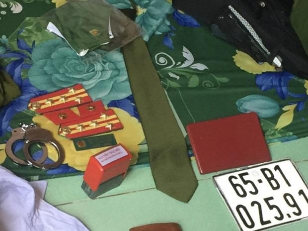 Công an dỏm đi xe biển xanh bị kiểm tra, thu giữ hàm Đại tá - Ảnh 2.
