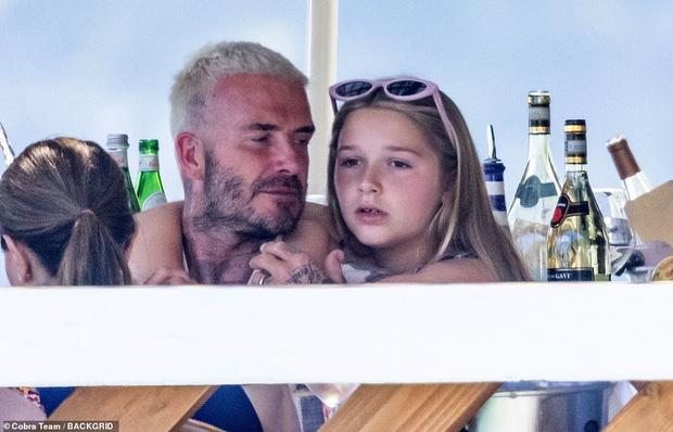 """Bổ mắt trước cảnh bố con Beckham khoe visual cực phẩm: Bố David U50 mà quá """"mlem"""", ai dè bị Harper xinh xỉu lấn át - Ảnh 3."""