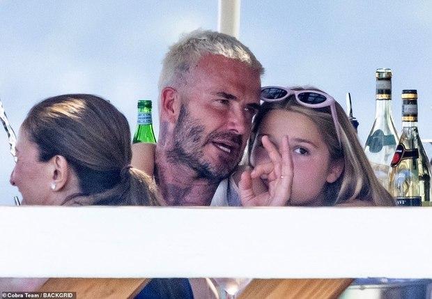 """Bổ mắt trước cảnh bố con Beckham khoe visual cực phẩm: Bố David U50 mà quá """"mlem"""", ai dè bị Harper xinh xỉu lấn át - Ảnh 4."""