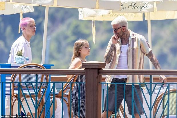"""Bổ mắt trước cảnh bố con Beckham khoe visual cực phẩm: Bố David U50 mà quá """"mlem"""", ai dè bị Harper xinh xỉu lấn át - Ảnh 5."""