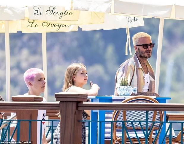 """Bổ mắt trước cảnh bố con Beckham khoe visual cực phẩm: Bố David U50 mà quá """"mlem"""", ai dè bị Harper xinh xỉu lấn át - Ảnh 6."""