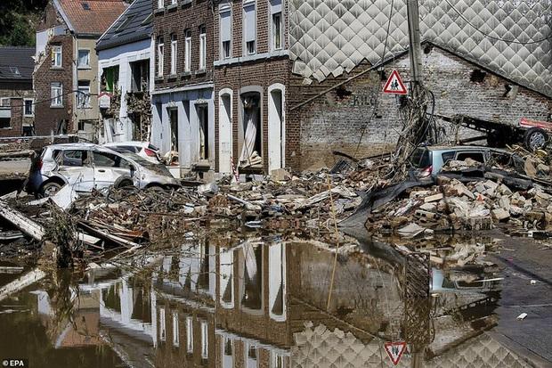 Hàng loạt thời tiết cực đoan cùng lúc trút xuống châu Âu - Ảnh 2.