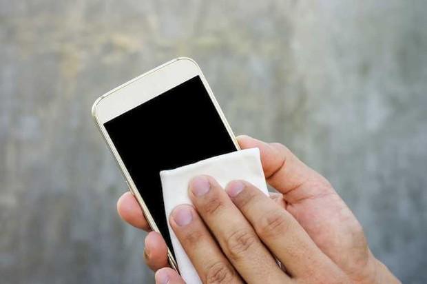 Điện thoại rất bẩn và đây là cách vệ sinh chuẩn chỉnh, nhanh gọn mà hiệu quả - Ảnh 5.
