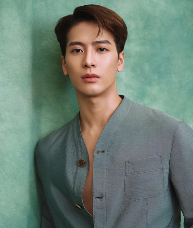 Khoảnh khắc gây sốt nhất hôm nay: Gặp nhóc tì bị tuột dây áo, Jackson Wang (GOT7) có hành động tinh tế khiến netizen nức nở - Ảnh 5.