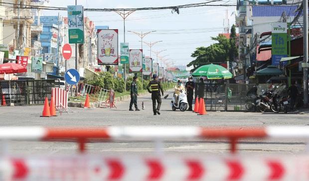 Covid-19: Campuchia phong tỏa 8 tỉnh, áp dụng giới nghiêm chưa từng có - Ảnh 1.