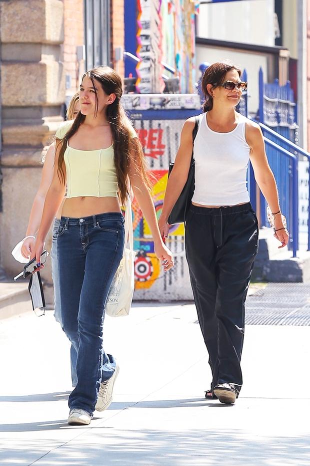 Suri Cruise dạo phố thôi có cần hot thế không: Mới 15 tuổi đã cao 1m7, visual xinh xỉu, chân dài miên man át cả mẹ minh tinh - Ảnh 2.