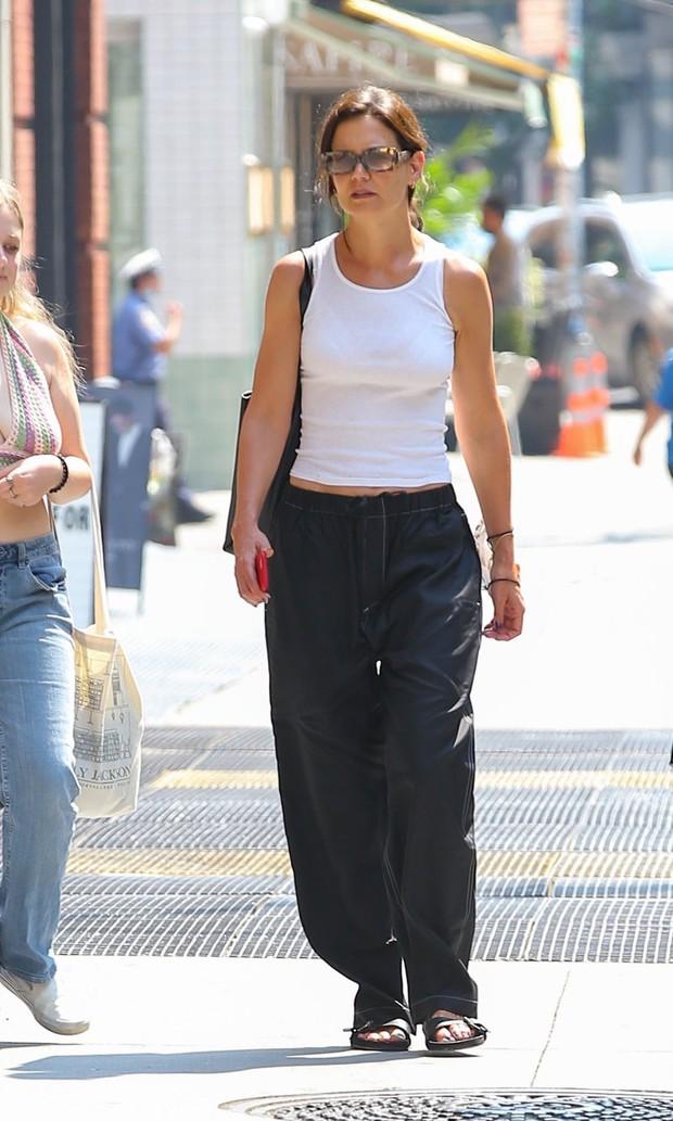 Suri Cruise dạo phố thôi có cần hot thế không: Mới 15 tuổi đã cao 1m7, visual xinh xỉu, chân dài miên man át cả mẹ minh tinh - Ảnh 4.