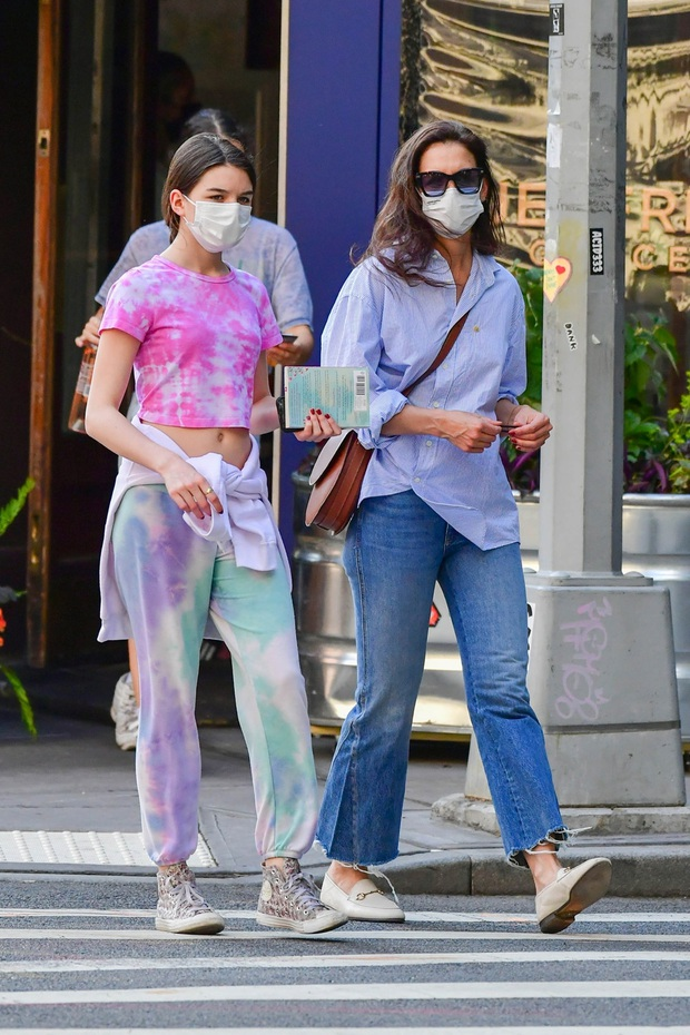 Suri Cruise dạo phố thôi có cần hot thế không: Mới 15 tuổi đã cao 1m7, visual xinh xỉu, chân dài miên man át cả mẹ minh tinh - Ảnh 8.