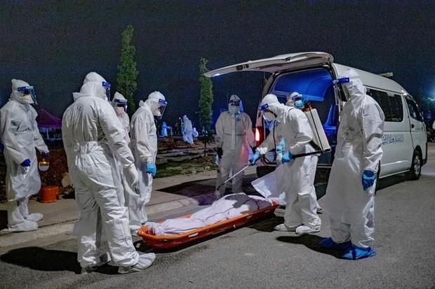 Malaysia: Mỗi ngày cả trăm ca tử vong vì COVID-19, có thi thể chờ bốn ngày mới được chôn - Ảnh 3.
