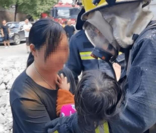 """Tòa nhà có cháy, bà mẹ nhanh nhẹn ôm con trai chạy thoát thân an toàn, không ngờ lại bị dư luận """"ném đá"""" kịch liệt vì một hành vi khó hiểu - Ảnh 4."""