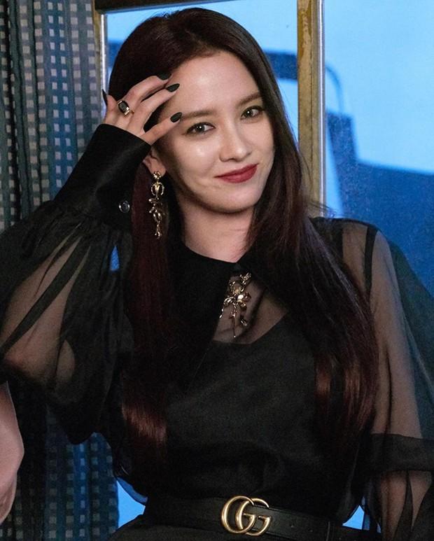Xem Song Ji Hyo để mặt mộc ở Running Man quen rồi, giờ hóa phù thủy sắc sảo cứ thấy là lạ! - Ảnh 2.