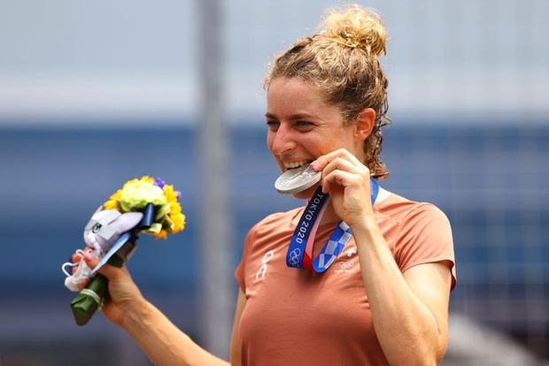 Hành động vận động viên nào cũng làm khi giành huy chương tại Olympic, và đây là lý do đằng sau - Ảnh 3.