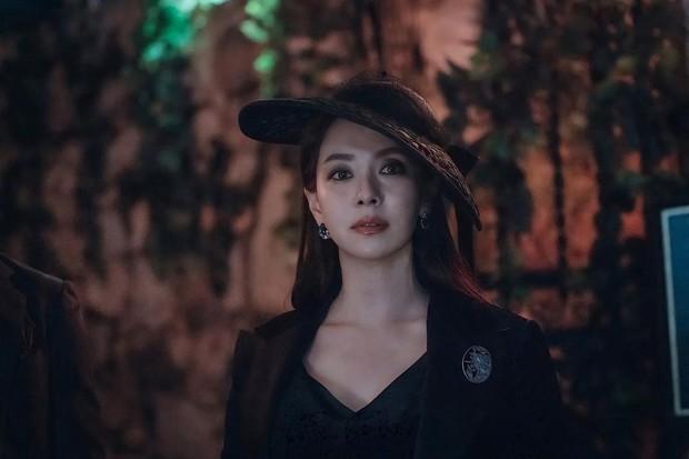 Xem Song Ji Hyo để mặt mộc ở Running Man quen rồi, giờ hóa phù thủy sắc sảo cứ thấy là lạ! - Ảnh 3.
