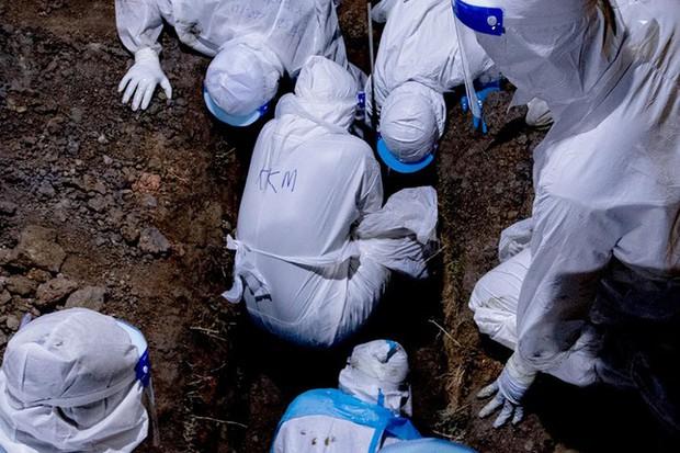 Malaysia: Mỗi ngày cả trăm ca tử vong vì COVID-19, có thi thể chờ bốn ngày mới được chôn - Ảnh 5.