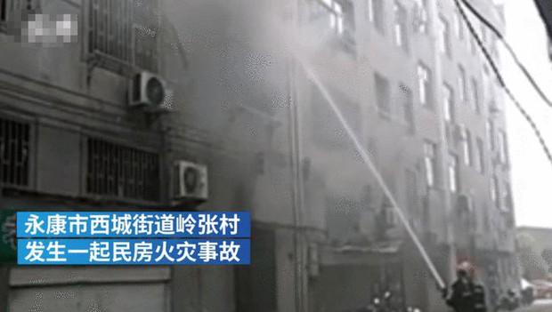 """Tòa nhà có cháy, bà mẹ nhanh nhẹn ôm con trai chạy thoát thân an toàn, không ngờ lại bị dư luận """"ném đá"""" kịch liệt vì một hành vi khó hiểu - Ảnh 1."""