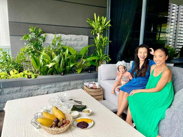Đoan Trang hội ngộ gia đình Hoàng Oanh, lần đầu hé lộ nhiều ngóc ngách trong căn penthouse xịn sò tại Singapore - Ảnh 2.